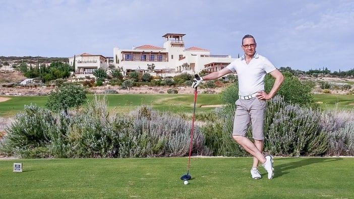 Walter Schärer beim Abschlag auf dem Elea Golfplatz in Zypern