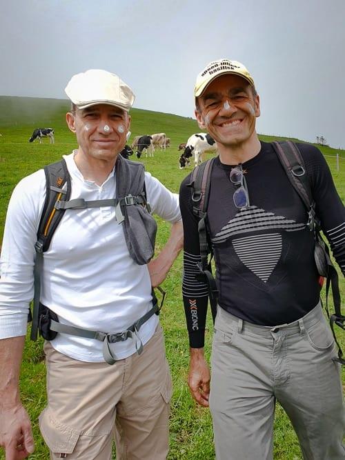 Walter und Alex mit Sonnencrème im Nebel in Stoos