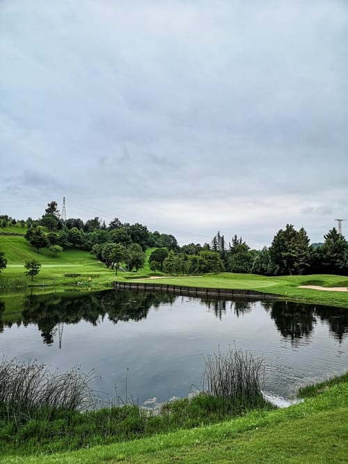 See und Green des Golfplatzes Basozabal bei San Sebastián