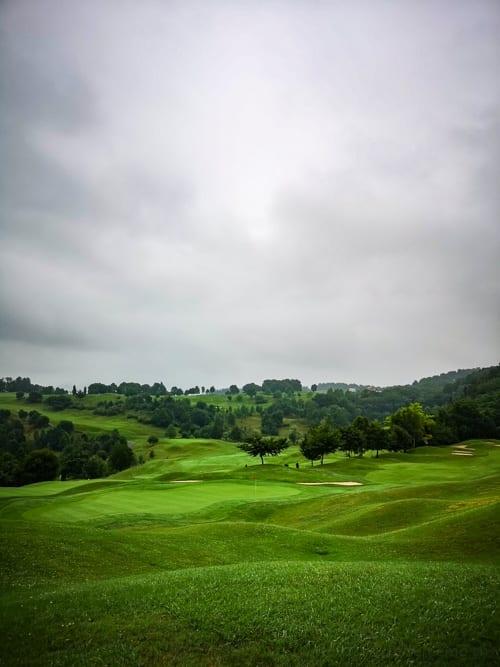 Golf Basozabal Greens oberhalb San Sebastián