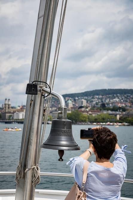 Glocke der Panta Rhei vor dem Zürichberg