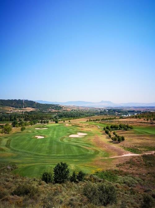 Logroño Golf und Felsformation liegender Löwe im Hintergrund