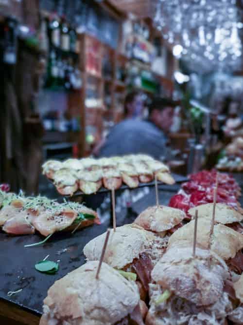 San Sebastiáns Sirimiri Pintxos Bar mit vielen Bocadillo-Sandwiches