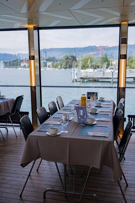 Gedeckter Sommer-Brunch Tisch der Panta Rhei