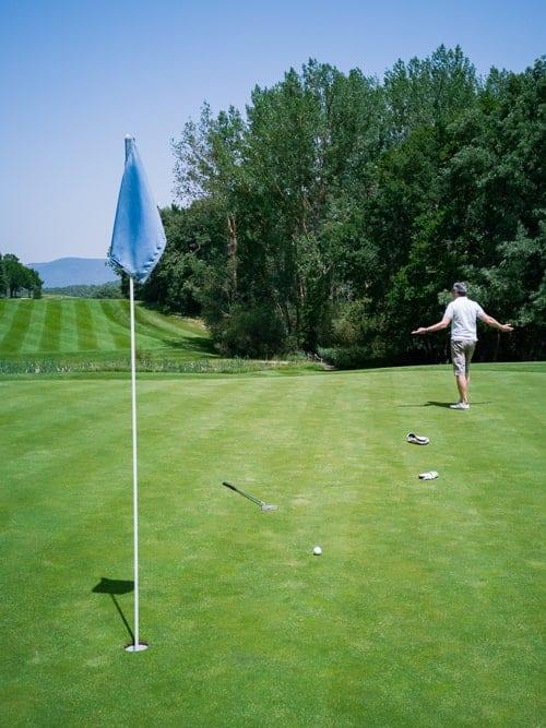 Walter verzweifelt auf Green 18 des Izki Golfplatzes