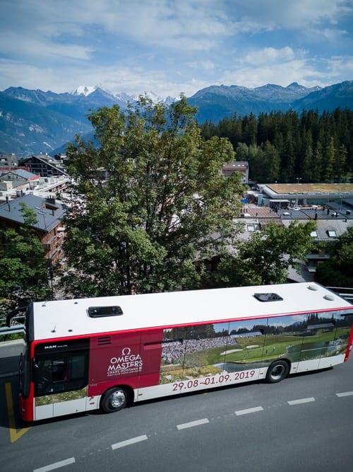Bus des öffentlichen Verkehrs mit Omega Masters Werbung