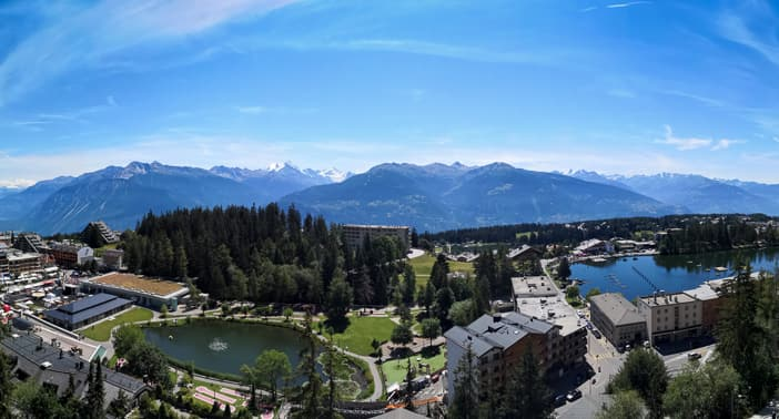 Panoramablick über Crans-Montana vom Crans Ambassador Hotelzimmer