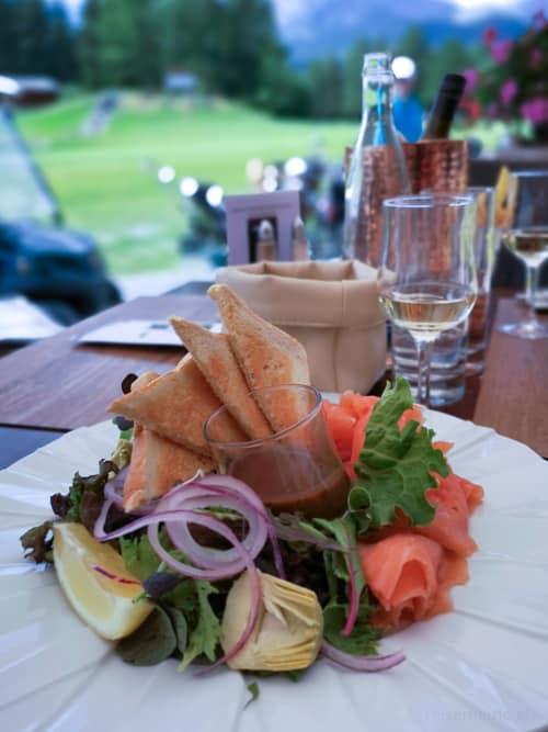 Lachsgericht und Fendant im Sporting Club Restaurant des GC Crans-sur-Sierre