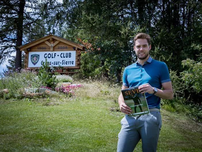 """Golfplatzmanager Pascal Schmalen mit dem """"Seve"""" Magazin in den Händen"""