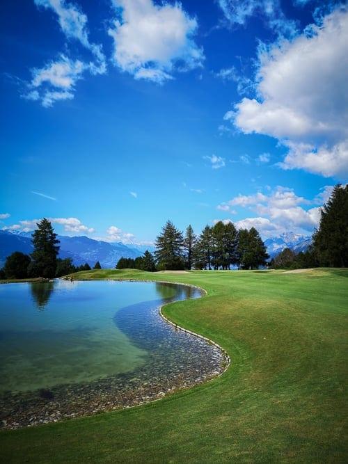 Fairway und See von Loch 10 des Golfclubs Crans-sur-Sierre
