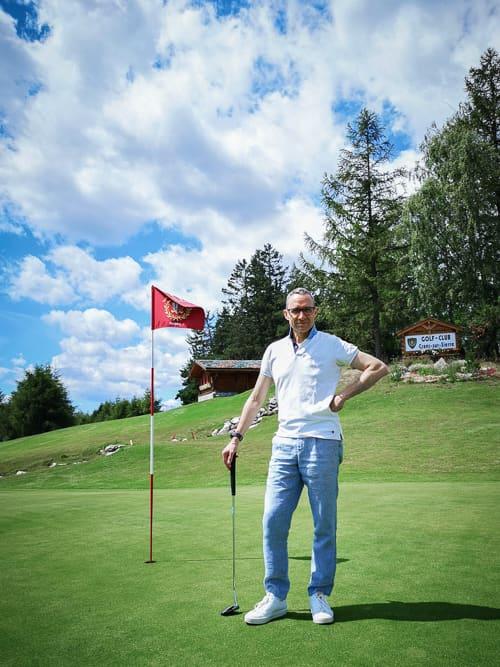 Walter auf dem 18. Green des Golf-Clubs Crans-sur-Sierre