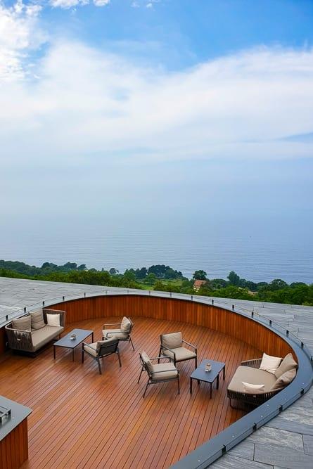 Terrasse des Restaurants Akelarre mit Aussicht auf den Golf von Biskaya
