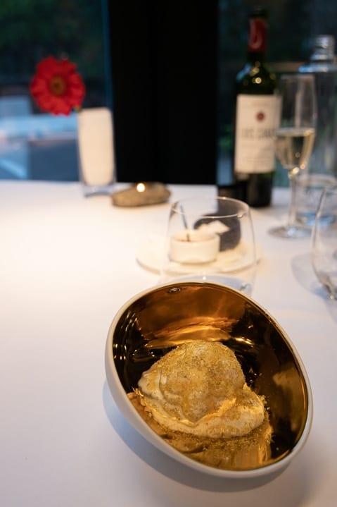 Limonen-Joghurt Schaum mit Honig und Kamille im Cuisine Restaurant des Designhotels Viura in Villabuena de Álava