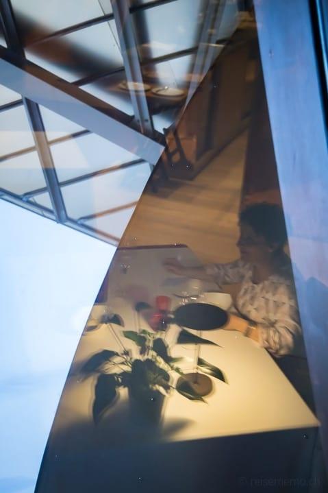 Katja im dekonstruktivistischen Restaurant von Frank O. Gehry