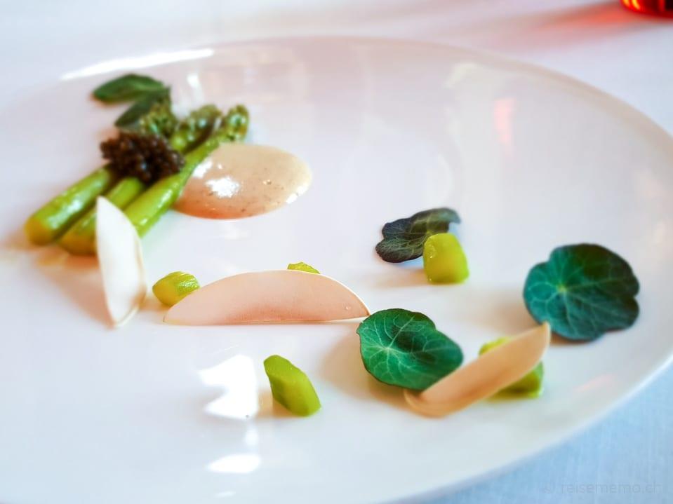 Grüne Spargel, Kaviar und Pilze im Restaurant Gastronómico des Marqués de Riscal