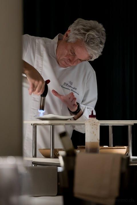 Chef Fernando Canales flambiert in seinem Restaurant Atelier Etxanobe ein Tuna-Carpaccio direkt am Tisch