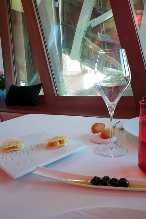 Mit Frischkäse gefüllte Trauben in Form von Oliven im Restaurant Gastronómico des Marqués de Riscal