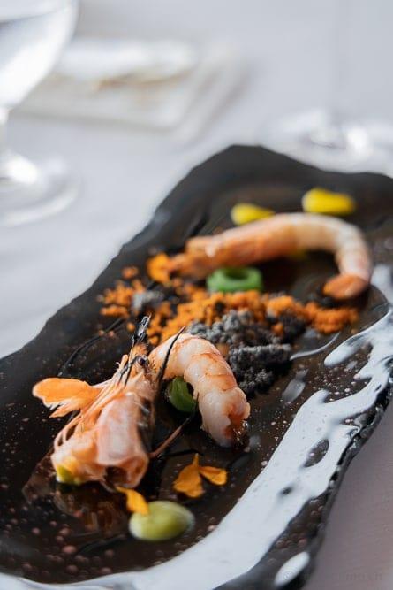 Garnelen auf Kaviar, am Tisch gegart