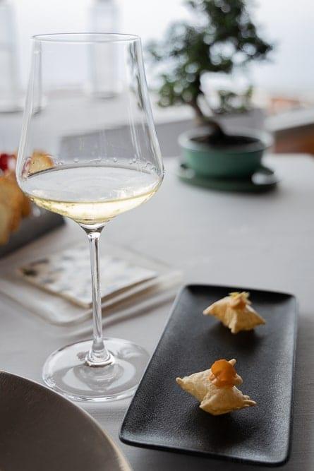 Amuse-Bouche mit kleinen Shrimp-Kissen und Apérowein