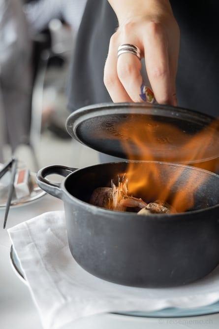 Am Tisch im Schnaps gegarte Garnelen im Akelarre-Restaurant