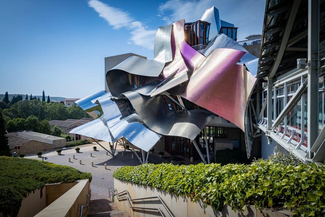 Weinfarbener Titanblech Sonnenschutz des Hotels Marqués de Riscal in Elciego, Spanien