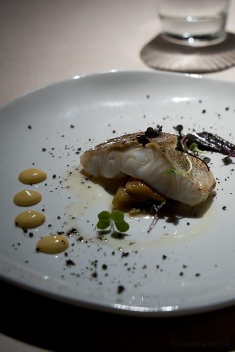 Kabeljau auf Aubergine und Oliven in Bilbaos Atelier Etxanobe Gourmet-Restaurant
