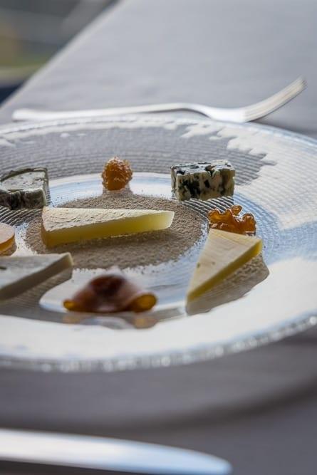 Gläserner Käseteller vor dem Dessert