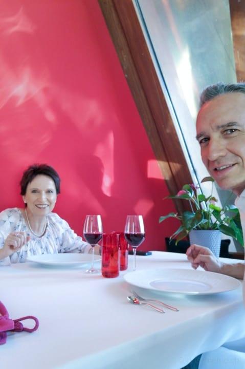 Katja und Walter warten gespannt auf das Menu im Marqués de Riscal Restaurant