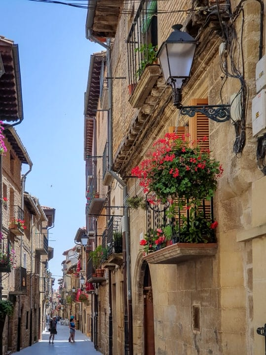 Dorfgasse in Laguardia, La Rioja, Spanien