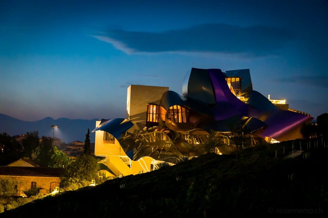 Designhotel Marquès de Riscal von Frank O. Gehry in Elciego zur blauen Stunde