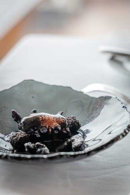 Glasteller mit gebratener Octopus in seiner schwarzen Tinte und Tempura
