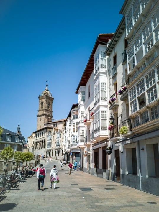 Strassenzug in der Altstadt von Vitoria Gasteiz vor dem Kirchturm San Vicente Mártir