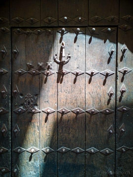 Verzierte Türe in Laguardia, Spanien