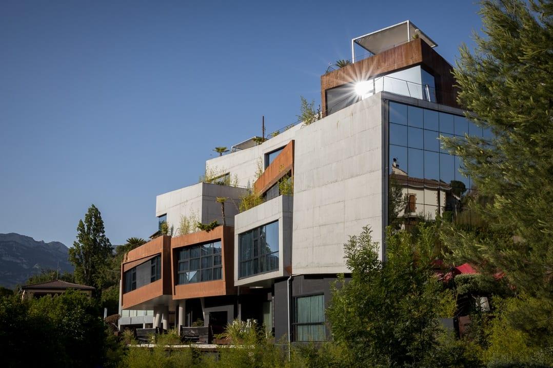 Aussenansicht des kubischen Designhotels Viura in Villabuena de Álava
