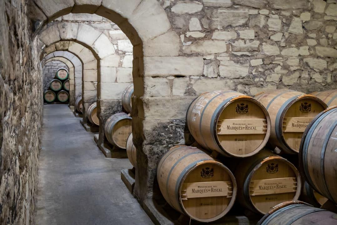 Weinkeller mit Weinfässern der Herederos de Marqués de Riscal