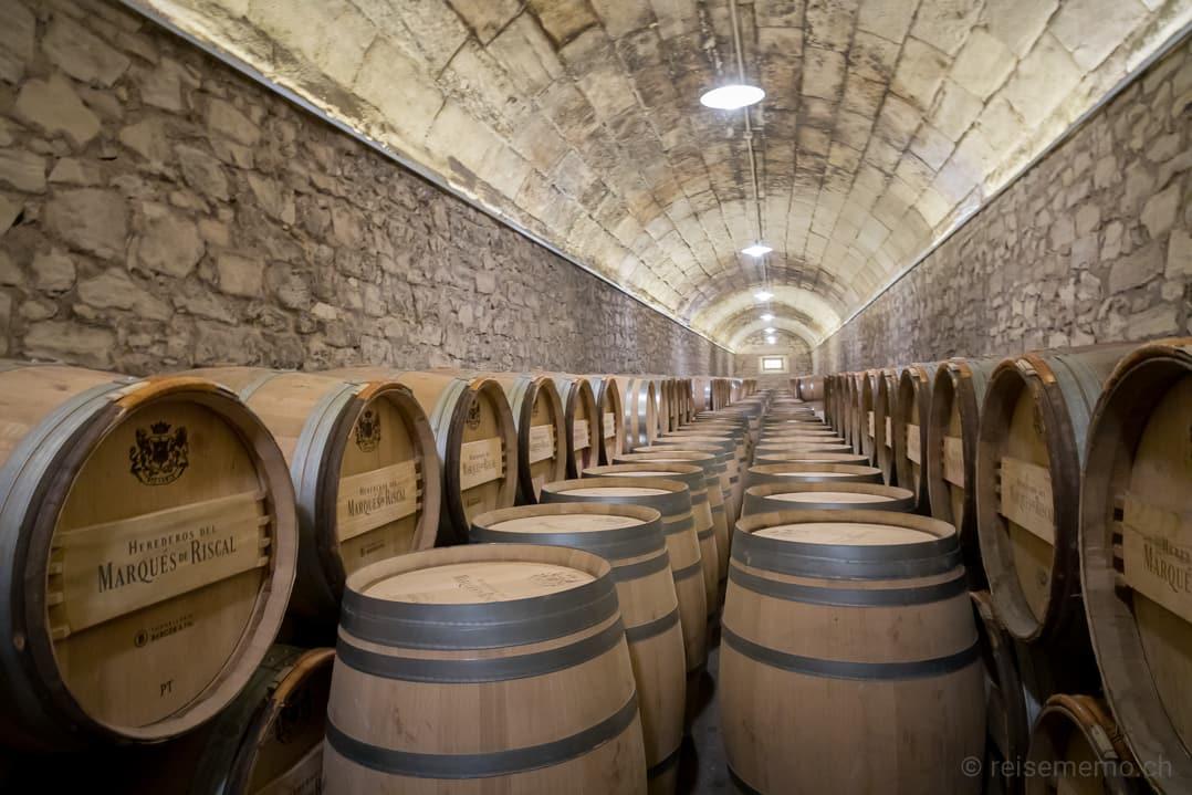 Weinfässer der Herederos de Marqués de Riscal in Elciego