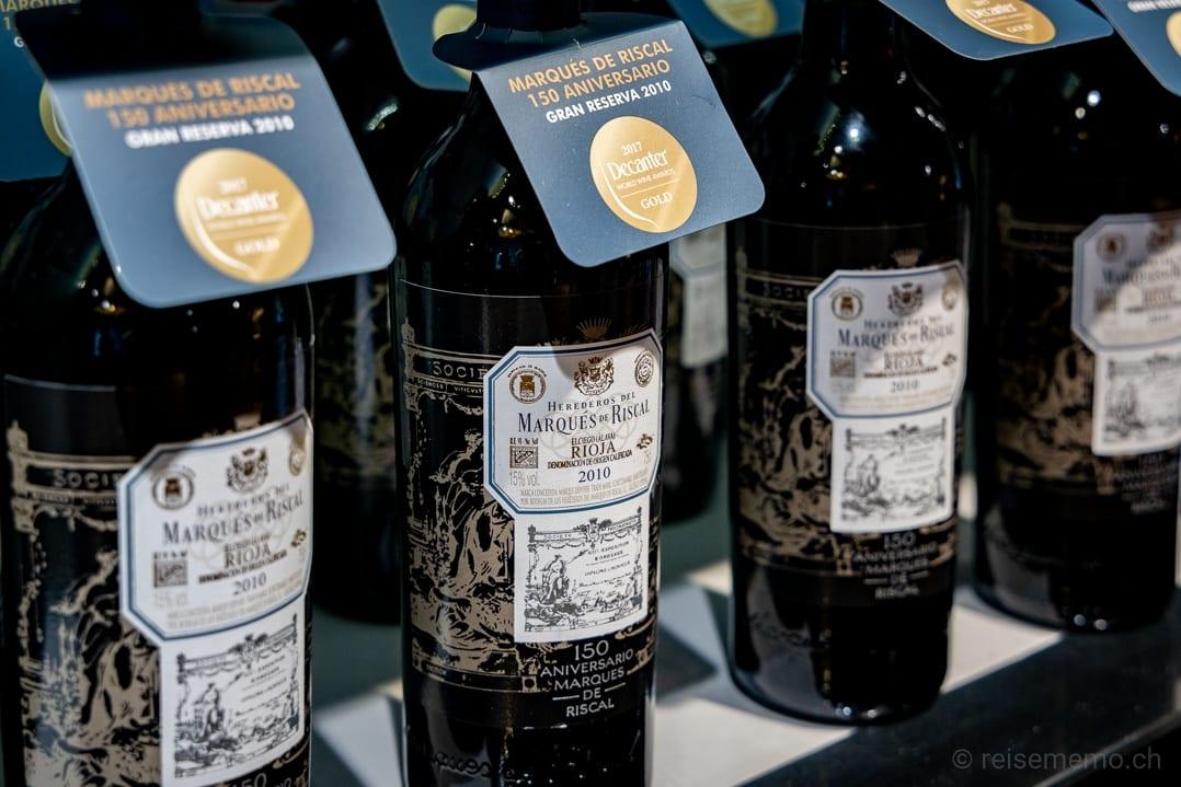 Weinflaschen im Shop der Herederos del Marqués de Riscal in Elciego