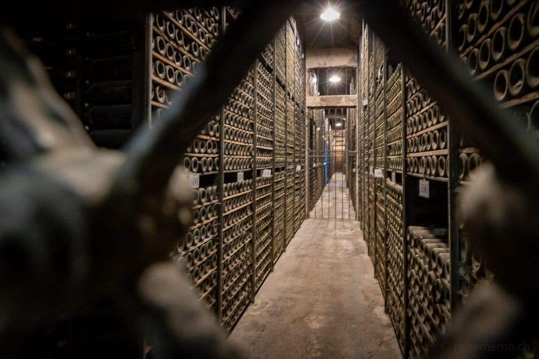 Weinflaschen im Weinkeller des Weinguts Marquès de Riscal in Elciego, Rioja