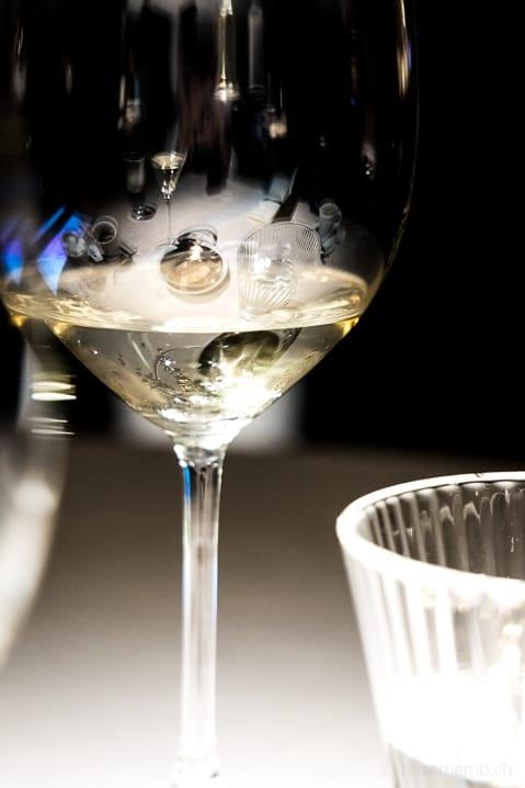 Weingläser im Atelier Etxanobe Gourmet-Restaurant von Fernando Canales
