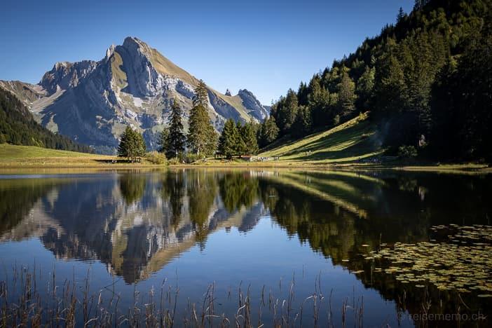 Gräppelensee und spiegelnder Wildhuser Schafberg im Toggenburg | Wandern mit Reisememo