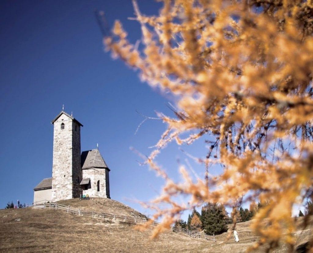 St. Vigilius Kirche im Herbstlicht