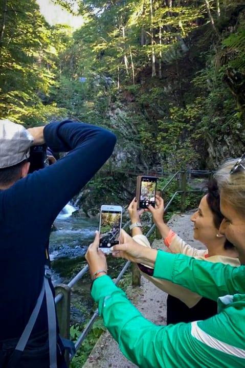 Fotografierende Wanderer an den Thurwasserfällen