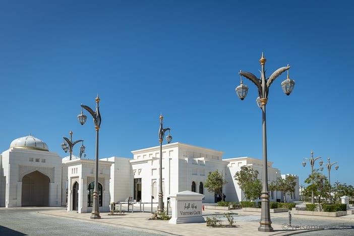 Eingangstor zum riesigen Königspalast Qasr Al Watan