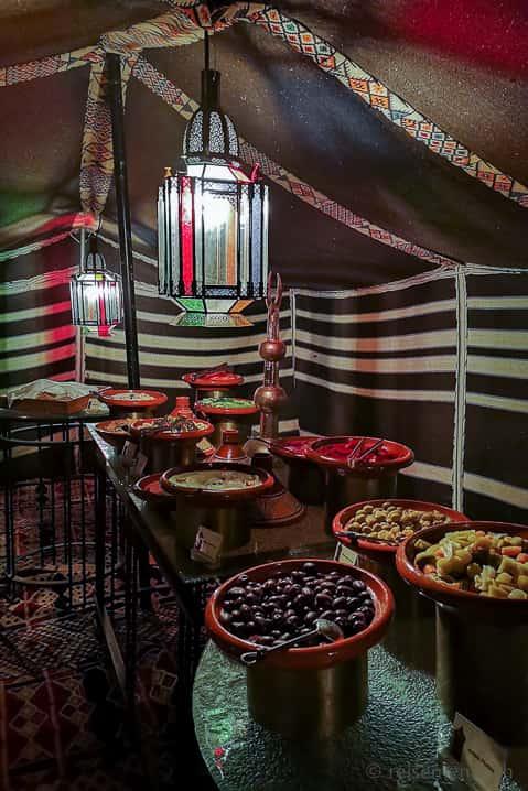 Arabisch essen im Al Falaj draussen vor den Dünen