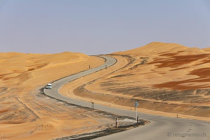 Gewundene Anfahrt durch die Rub al-Khali Wüste
