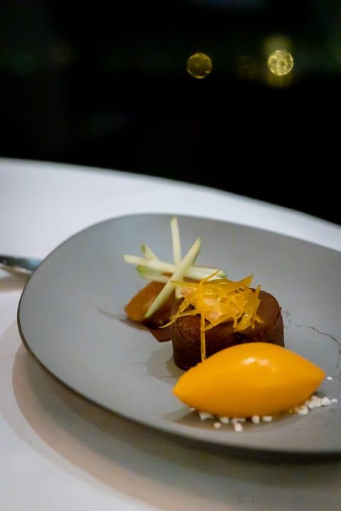 Dessert vom Sanddornsorbet, Bitterschokoladenfondant mit Apfeltatar