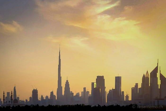 Dubai Skyline mit Burj Khalifa und Emirates Towers im Sonnenuntergang