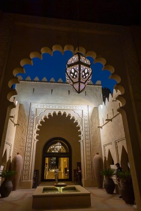 Eingang zum Qasr Al Sarab Hotel