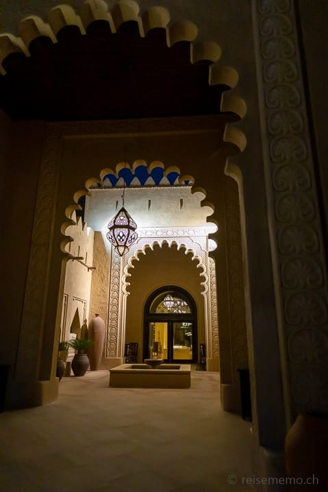 Eingang ins Qasr Al Sarab Hotel