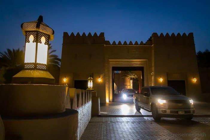 Eingangstor zum Qasr Al Sarab Hotel